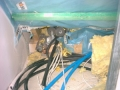 Elektrokabel und Rohrleitung hinter der Dachabseite hinterlassen eine defekte Luftdichtungsebene