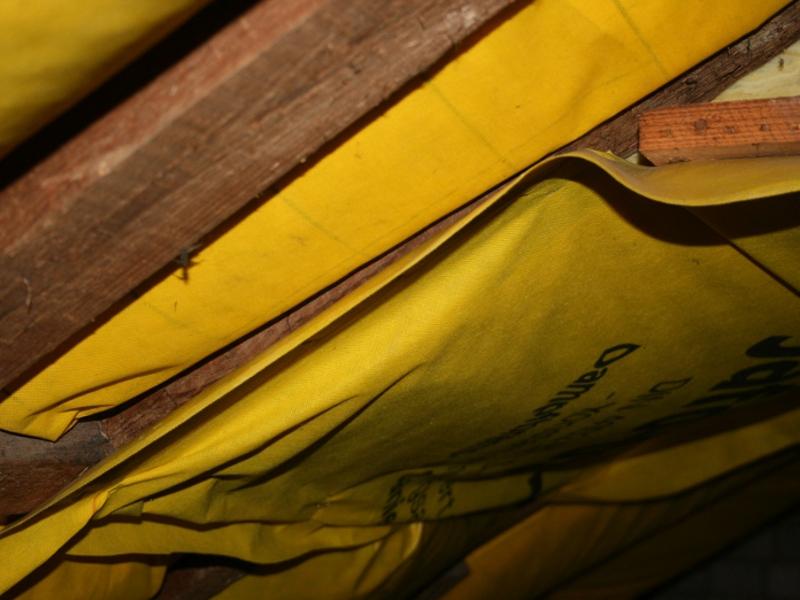 Bei der Leckagesuche fällt in der Dachabseite auf, dass die Dampfbremse nicht fachgerecht verlegt ist