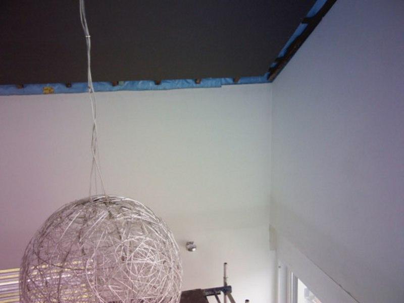 Im hohen Wohnzimmer zeigt sich am Ringbalken ein dunkler Streifen