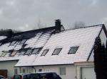 Winter 2005 Schnee-Vergleich: Erkannbar ist die gute Wärmedämmung des sanierten Daches im Vergleich einem unsanierten Nachbargebäude