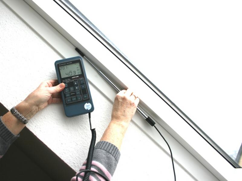 Test der luftdichtheit f r bauteile wie dach t r - Dachfenster wasser innen ...