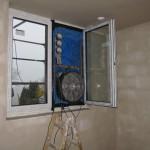 Luftdichtigkeitsmessgerät Einbau hier: im Fenster