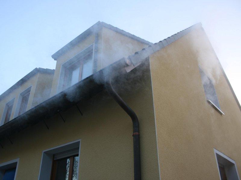 Austretender Nebel bei Test der Dachanschlüsse nach Dachgeschoß-Sanierung mit Nebel und Überdruck