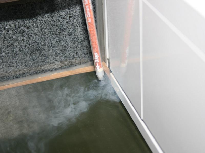 Nebelprüfröhrchen bei Unterdruck visualisiert einströmende Luft