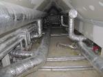 Lüftung gedämmte Rohre einer zentralen Anlage führen zu den Geräten