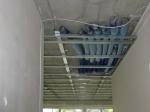 Lüftung wohnungszentral, Rohrleitungen unter der Betondecke werden mit abgehänger Decke verkleidet