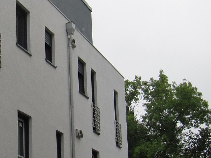 Außenseite des Mehrfamilienhauses: dezentral pro Wohneinheit Zu/Abluftventil