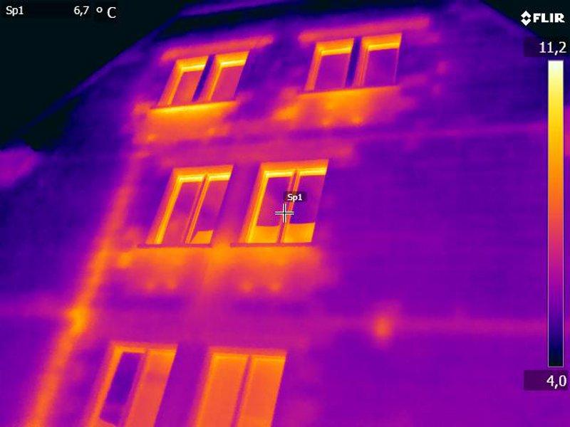 farbig dargestellt in der Thermografie sind die Bereiche der Heizung und Leitungen