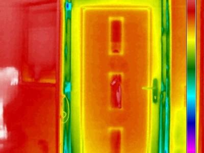 Farbige Dokumentation einer undichte Haustür -Thermografie bei Unterdruck im Gebäude