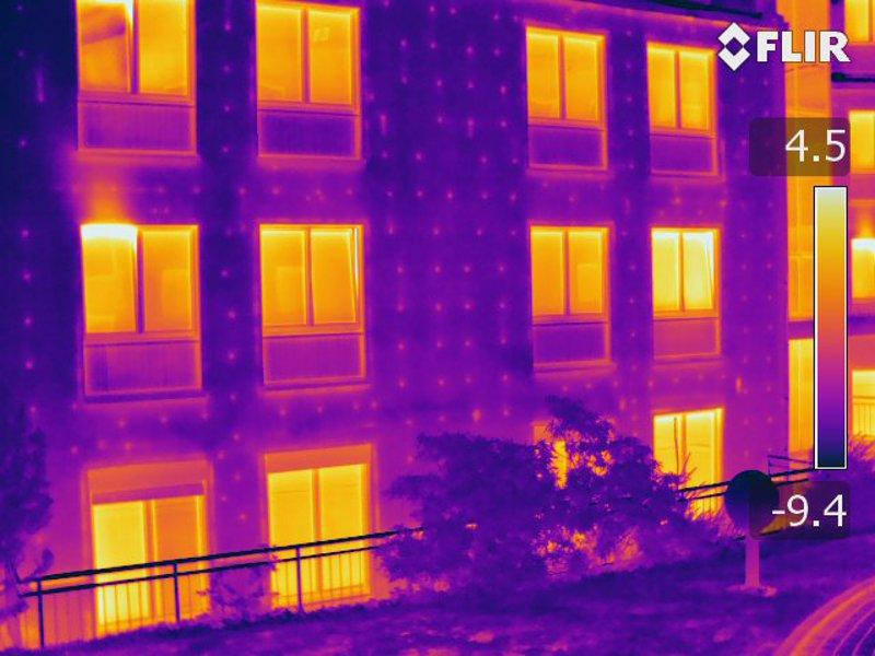 Thermografie des Wärmedämmverbundsystems zeigt die Dübel als Wärmebrücken