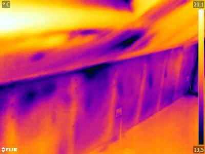 Eigentumswohnung Thermobild einer Dachabseite Feststellung von Leckagen durch Thermografie bei Unterdruck