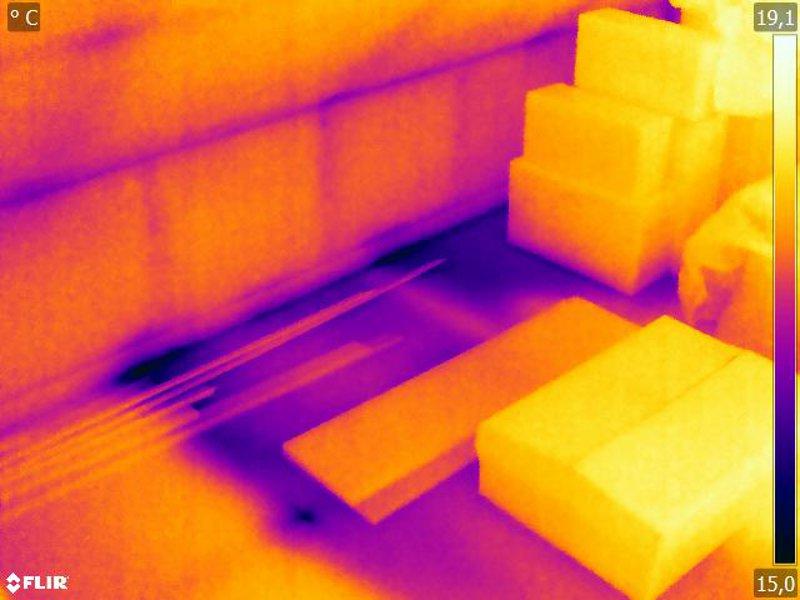 Abkühlung durch die Luftdurchströmung in der Kehlbalkendecke erscheint in der Thermografie dunkel