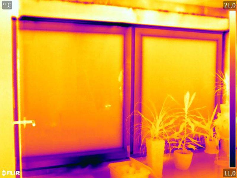 Luftströmung an unterer Fuge durch Thermografie sichtbar gemacht bei Fensterschiebetür