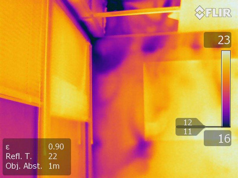 Thermografie zeigt Wand-Abkühlung durch gekipptes Fenster im Nachbarraum