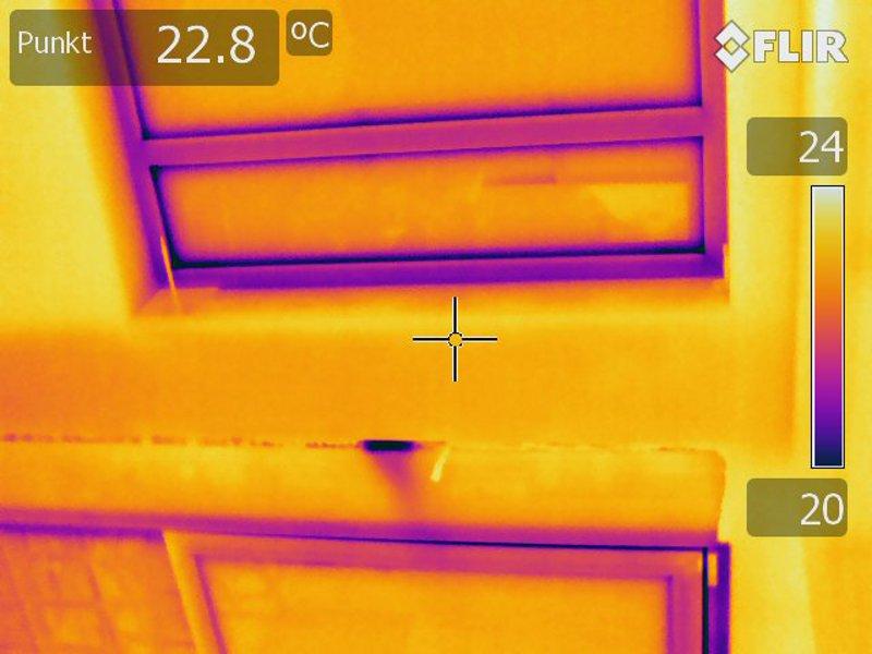 Thermografie des undichten Fensteranschlusses bei Unterdruck zeigt die Stelle der einströmenden Luft