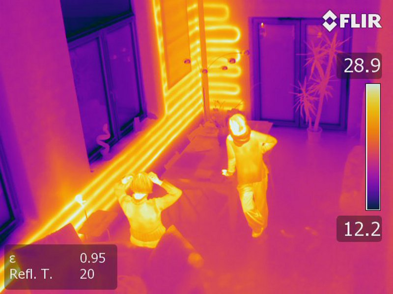 In der Thermografie einer Außenwand sind die Rohrschlangen der Wandheizung zu sehen