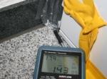 Haustür - Leckagesuche bei Unterdruck mit Thermoanemometer - Messung der Lufteintrittsgeschwindigkeit