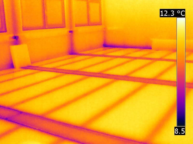Metallkonstruktion als Teil des Boden, Außenwand wird in der Thermogafie sichtbar