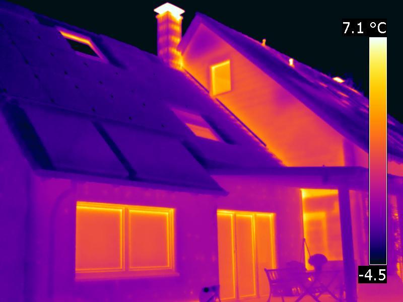 Thermografie Vergleich Altbau im Hintergrund mit WDVS Sanierung im Vordergrund